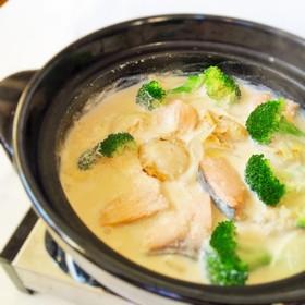 鶏味塩 de 鮭とホタテのミルク鍋