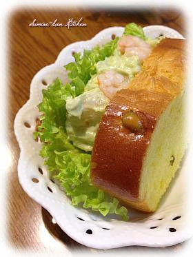 アボカドとエビのシーザー風味サンドイッチ