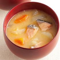 根菜と鮭(さけ)の石狩風みそ汁