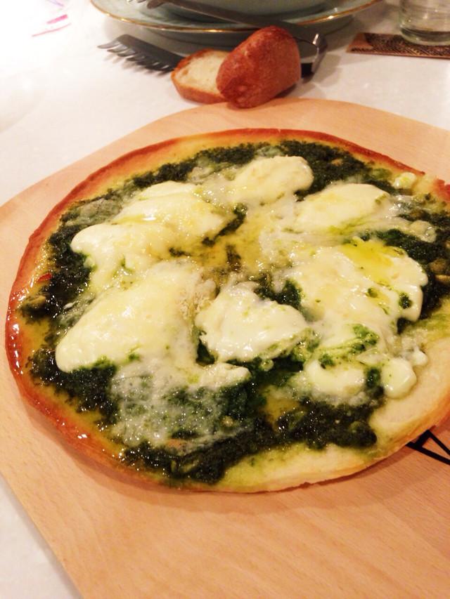 バジルソースとマスカルポーネのピザ