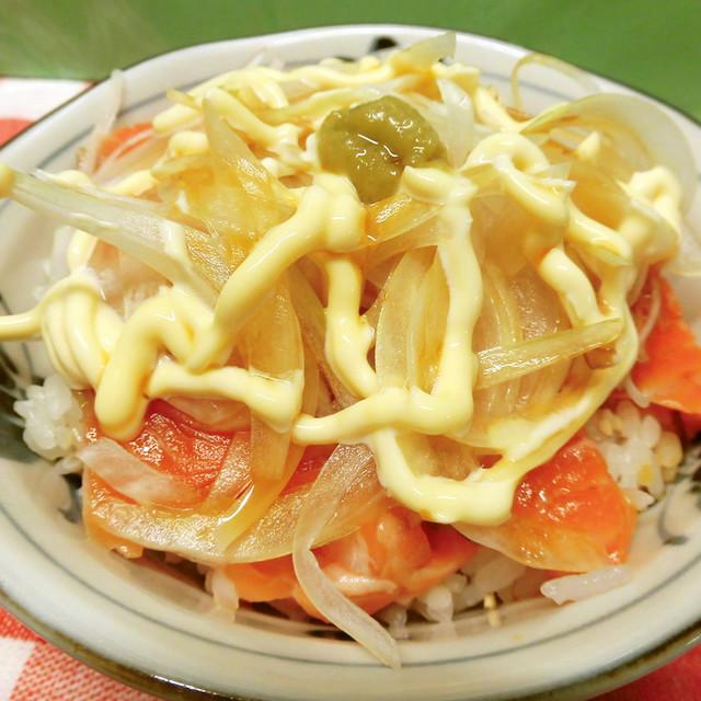 オニオン サーモン 丼