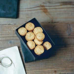 松の実とカイエンヌペッパーのチーズクッキー