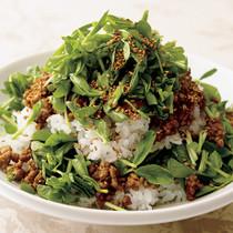 豆苗と炒めひき肉のせご飯