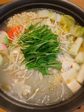 じっくり煮出したスープが自慢の鶏塩白湯鍋