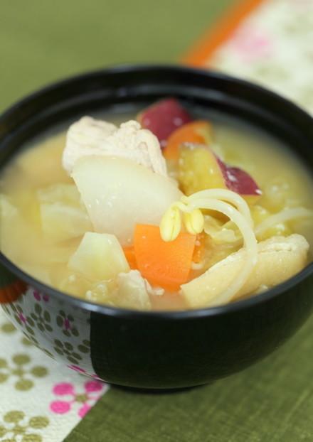 根菜類と豆もやしの酒粕で作る豚汁