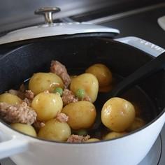 ストウブでじゃが芋の煮っ転がし(そぼろ煮