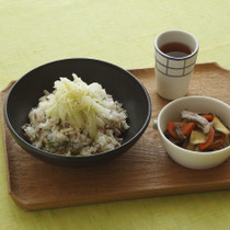 塩さばの混ぜご飯しょうがセロリ添え(写真左)