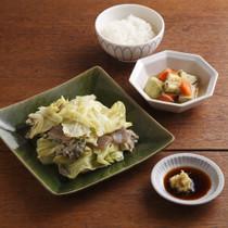 キャベツとひき肉の重ね蒸ししょうがじょうゆ(写真左)