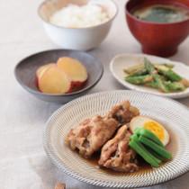 鶏手羽元の黒酢煮(写真手前)