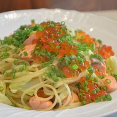 スパゲッティー二 サーモンとキャベツ イクラ添え