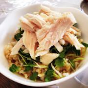 玄米とサラダチキンのヘルシー丼の写真