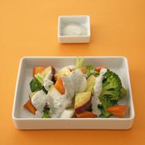 蒸し野菜の黒ごまマヨサラダ