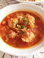 食べるスープ。鶏だんごトマトの写真
