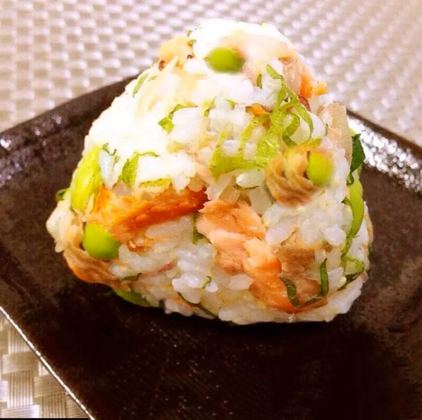 お弁当にも♡鮭と枝豆のおにぎり