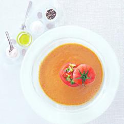 冷製野菜スープとトマトの詰め物