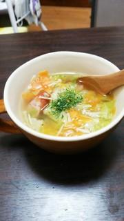 鶏ガラで。具だくさん野菜スープの写真