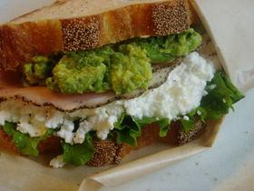 アボカドDIPとチーズのサンドイッチ