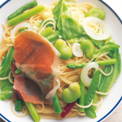 緑の野菜と生ハムのペペロンチーノ