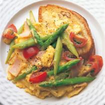グリーンアスパラガスとトマトのスクランブルエッグ