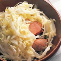 キャベツのピクルスとソーセージの蒸し煮