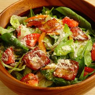 カリカリベーコン入り7種の野菜サラダ
