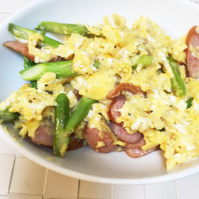 簡単☆アスパラとソーセージの卵炒め