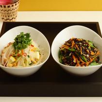 シャキシャキ野菜のタイ風サラダ(写真左)