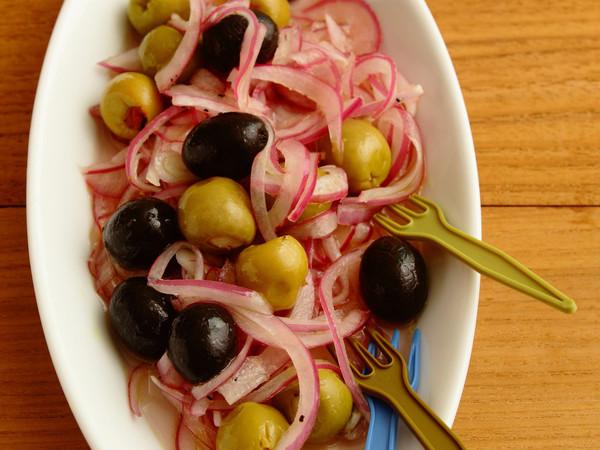 オリーブと紫玉ねぎのマリネ