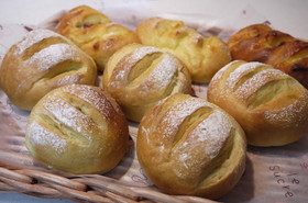 牛乳と野菜パウダーのロールパン