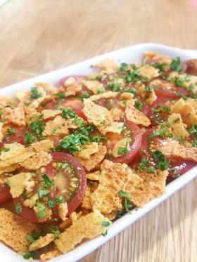 トマトとカリカリチーズで食べる肉味噌