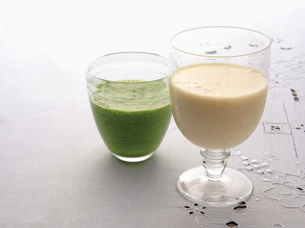 バナナとほうれん草のジュース(写真左)
