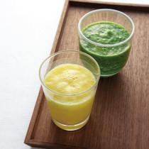 パイナップルと小松菜のジュース(写真右)