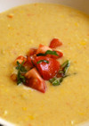 トマトサルサを添えた冷たいコーンスープ