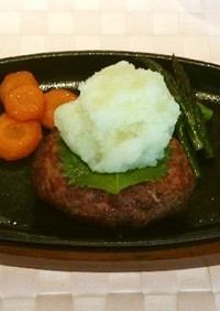 お肉を叩いて作る「ハンバーグ」