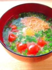 トマトと半熟卵のお味噌汁の写真