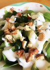アボカド、キュウリの漬け物のサラダ