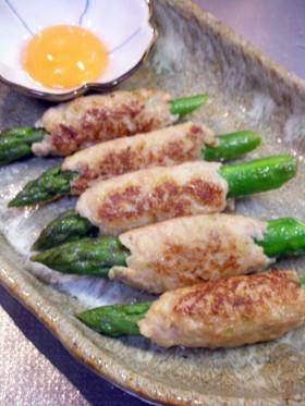グリーンアスパラの鶏つくねロール卵黄添え