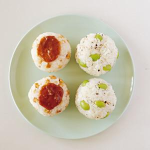 枝豆チーズおにぎり(写真右)