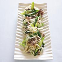グリーンアスパラガスと牛肉、玉ねぎのサラダ