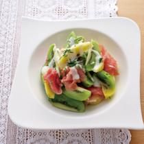 キウイフルーツと生ハムのサラダ
