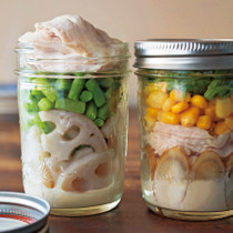 れんこんと鶏肉のサラダ(写真左)