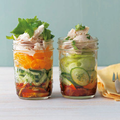 蒸し鶏と三つ葉の柚子サラダ(画像左)