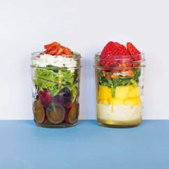 いちごとパイナップルのサラダ(写真右)