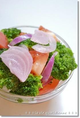ブロッコリーと赤玉葱とトマトのピクルス