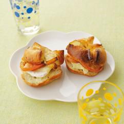 りんごのキャラメリゼ&カマンベールチーズのベーグルサンド