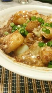 ジャガイモの肉味噌炒め(チーズのせ)の写真
