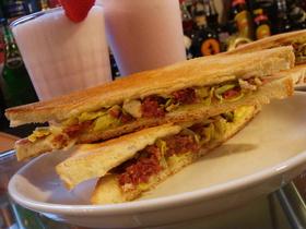 キャベツとコンビーフのサンドイッチ