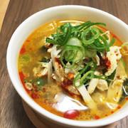 サラダチキン入り酸辣湯風スープの写真