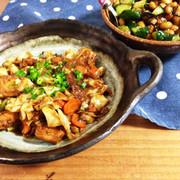 鯖の味噌煮缶とキャベツ炒めの写真