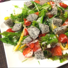 ドラゴンフルーツと彩り野菜のサラダ*